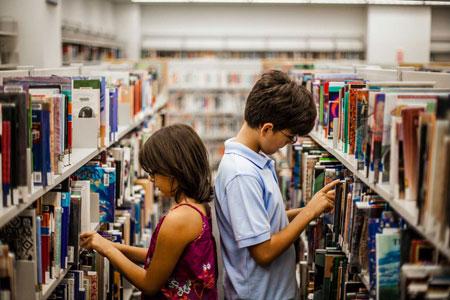 Παιδιά σε μια βιβλιοθήκη