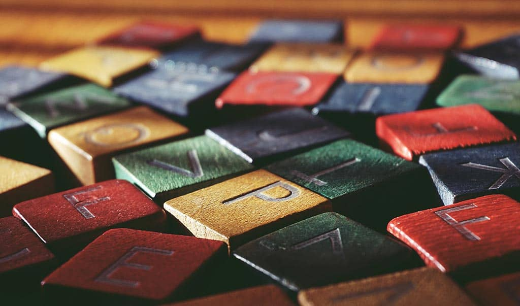 Γράμματα της αλφαβήτα πολύχρωμα σε ξύλινα κυβάκια